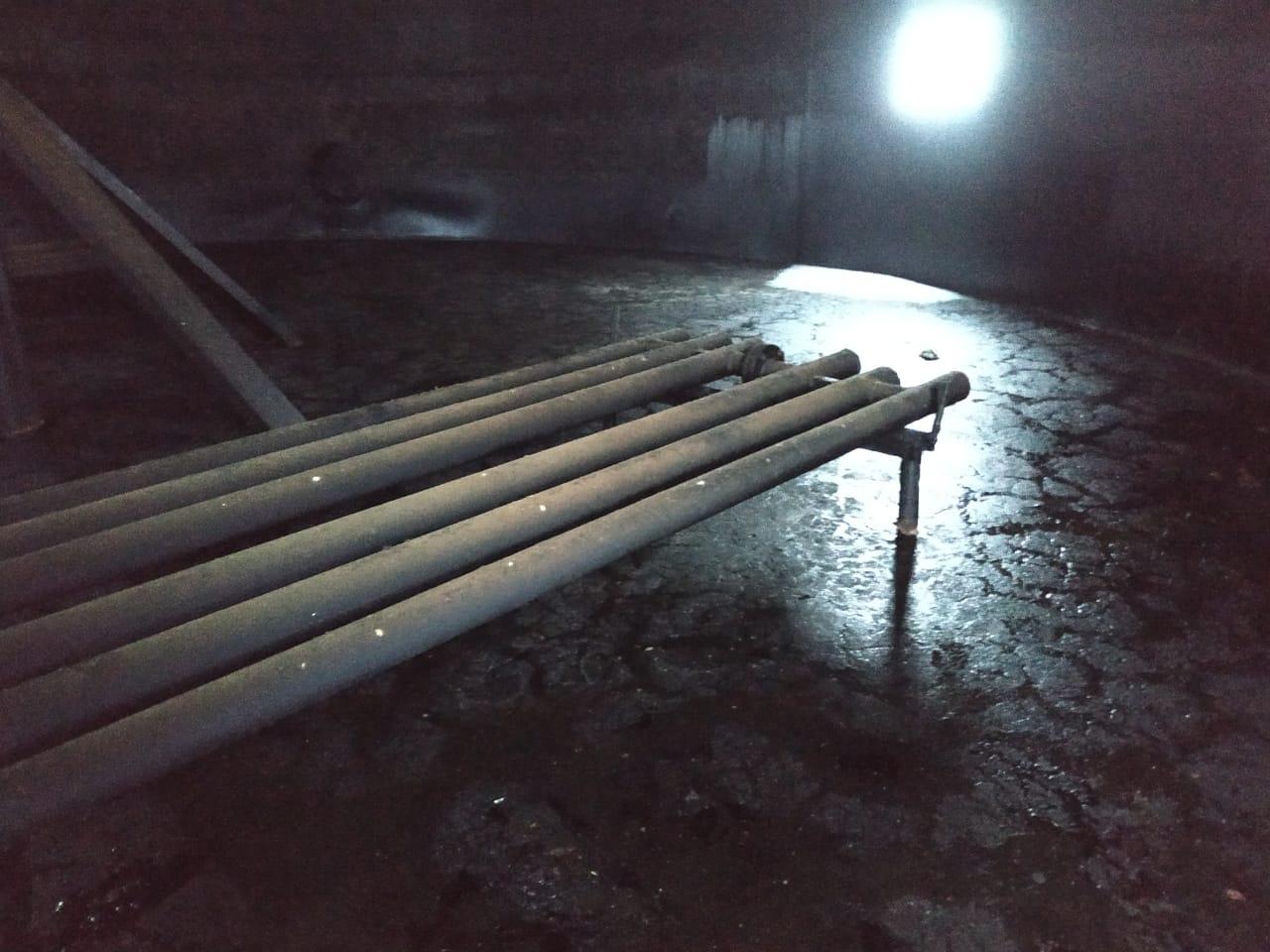 Донные остатки мазутного шлама при зачистке резервуаров